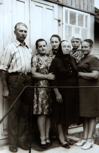 Ганна Сцяпанаўна  (другая злева) з роднымі. Здымак 1970-х гадоў.