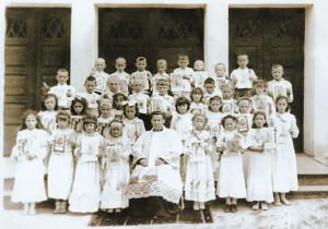Настоятель прихода Пресвятого Сердца Иисуса в Бресте кс. Станислав Лазарь с детьми в день их первого Причастия.1948 г.