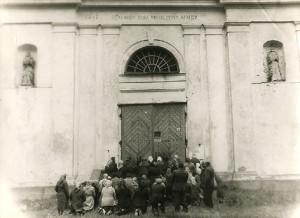 Костел Пресвятой Тройцы в Шерешево закрыт,  прихожане молятся у закрытой двери... 1948 г.
