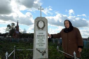 Ядзвіга Вішнеўская каля помніка Лявону Жукоўскаму – бацьку Ірэны, які пахаваны на могілках у Дзярэчыне