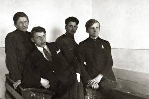 Казимир Свёнтек (крайний справа) в классе гимназии. 1930 г.