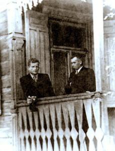 Кс. Казімір Свёнтэк (з  левага боку) з кс. Станіславам Рыжко. 1957 г. Пінск.