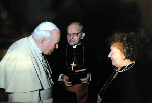 Кардынал Казімір Свёнтэк і парафіянка Барбара Шыманская на аўдыенцыі ў Папы Рымскага Яна Паўла II напрыканцы 1990 -х.