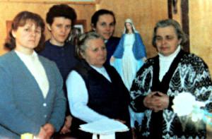 Сястра Сімяона (з правага боку) разам з  сёстрамі  Кангрэгацыі Дачок  Беззаганнай  Марыі, якія працавалі ў Свіры і Шэметава