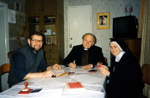 Кардынал Казімір Свёнтэк з пробашчам парафіі Маці Божай Фацімскай Ежы Мазурам (з левага боку) у Баранавічах і сястрою Фабіянай Патшонсай