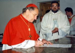 Кардынал Казімір Свёнтэк з пробашчам Ежы Мазурам падчас асвячэння касцёла Маці Божай Фацімскай 13 кастрычніка 1996 г.