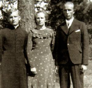 Вераніка Свёнтэк з сынамі  Эдвардам  (з правага боку)  і Казімірам каля свайго дому. Баранавічы, 1939 г.