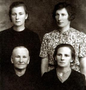 З левага боку ўнізе: бабуля Уршуля Крамплеўска (з дому Шакаліс),  і яе дачка Вераніка Свёнтэк (з дому Крамплеўска). Уверсе – сёстры Веранікі  – Уршуля і Станіслава Крамплеўскія.
