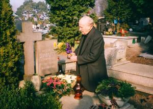 Кардынал Казімір Свёнтэк на магіле сваёй маці на могілках у г. Ополе (Польшча).