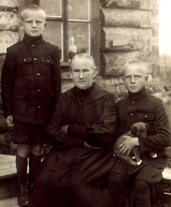 Уршуля Крамплеўска з унукамі Эдвардам і Казімірам. 1920 г. Вільно