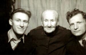 Уршуля Крамплеўска з унукамі – кс. Казімірам Свёнткам (з правага боку) і  Рамуальдам Крамплеўскім. 1958 год. Кетржын (Польшча).