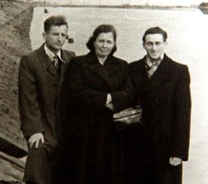 Рамуальд  Крамплеўскі з жонкаю Альжбетай і кс. Казімірам Свёнткам у Пінску. Здымак 1968 г.
