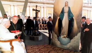 Падчас благаслаўлення св. Янам Паўлам II абраза, які змешчаны ў галоўным алтары архікатэдры Імя Найсвяцейшай Панны Марыі ў Мінску.