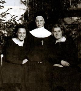Сястра Стэла з вучаніцамі падчас свят Божага Нараджэння, 1939 г.