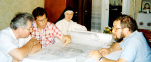 Кс. Ежи Мазур, SVD (справа) с автором проекта бр. Бэла Лани, SVD (в центре слева), сестрой Вандой, MSF и архитектором из Германии доктором Руфф.