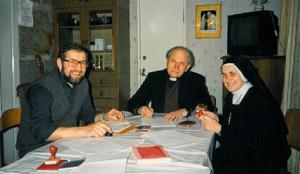 Кардинал Казимир Свёнтэк с кс. Ежи Мазуром, SVD и сестрой Фабианой, MSF за подписанием документов прихода.