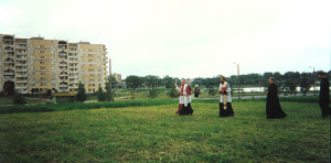 28 мая 1994 года. Кардинал Казимир Свёнтэк освящает землю под строительство храма.