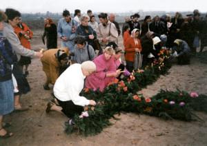 Август 1994 года. На месте срубленного креста прихожане выложили  крест на земле – из цветов и зелени...