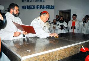 13 октября 1996 года. Кардинал Казимир Свёнтэк освящает алтарь костёла Матери Божьей Фатимской.