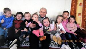 Ян Юльянавіч Чарнец у дзень свайго 98-га дня нараджэння з праўнукамі – Іллёй, Аляксандрам, Янам, Златай, Ксюшай, Насцяй, Алінай і Янай.