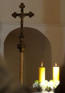 Крыж нагадвае  ўдзельнікам літургіі пра Ахвяру, якую Хрыстус прынёс Айцу на Галгофе.