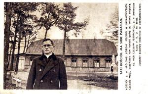 Ксёндз Часлаў Федаровіч перад касцёлам парафіі Каралевы  Кароны Польскай у Баранавічах