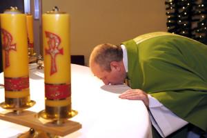 Ушанаванне алтара пацалункам з'яўляецца асаблівым  літургічным  жэстам. Падчас святой Імшы святар  цалуе  алтар перад пачаткам   і на заканчэнне  Эўхарыстыі.