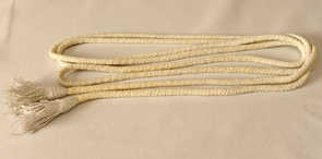Цынгулюм – шнур з пэндзлямі ці перакручанымі канцамі, завязаны вакол таліі на вонкавым боку альбы. Колер можа быць белым ці ў залежнасці ад колеру літургічнага перыяду.
