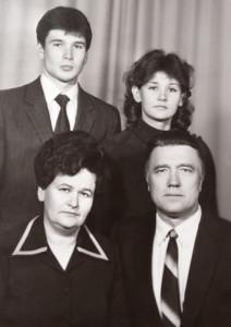 Разам з дзецьмі – Вітальдам  і Ліляй.  Здымак зроблены ў 1984 годзе.