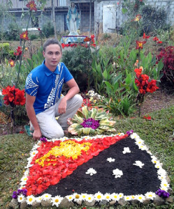 Национальный флаг Папуа Новой Гвинеи, выложенный из цветочных лепестков.