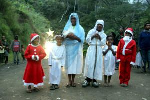 От деревни к деревне... Марию с Младенцем и св. Иосифом  сопровождают ангелы (снимок 2017 г.).