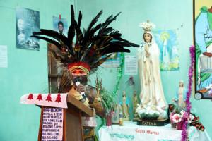 Катехизатор в традиционном  народном  костюме поздравляет прихожан с праздником Святого Семейства (снимок 2017 г.).