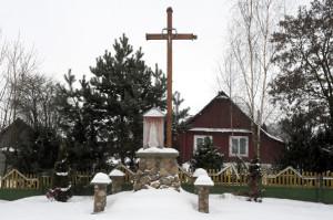 Маці Божая Фацімская з крыжам на скрыжаванні вуліц ў Даўгінава