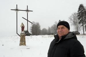 Міхаіл Якаўлевіч Заяц каля крыжа яднання