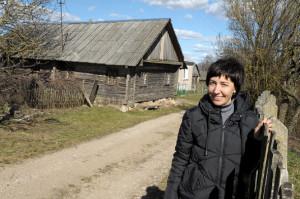 Данута Васілюк у Ішкалдзі, каля  хаткі,  дзе жылі яе далёкія продкі і куды заўсёды хочацца вярнуцца...