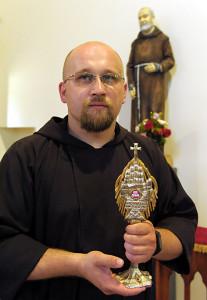 Бр. Ігар Колзун, OFMCap з рэліквіямі святога а. Піо