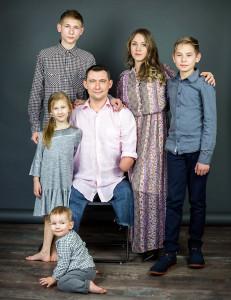 Алексей с женой Анастасией, сыновьями Марком (стоит крайний слева), Владиславом (справа), Ярославом (на полу) и доченькой Дашей