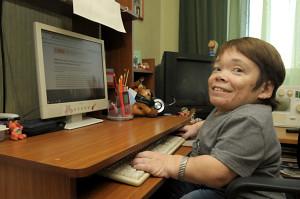 Людмила много времени проводит за компьютером – следит за новинками литературы, читает, ведёт активную переписку, комментирует, дает советы начинающим...