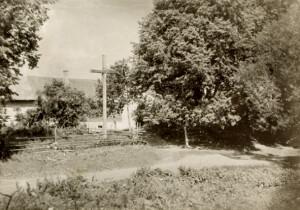 Спрадвеку крыж у Дуброўшчыне нёс Божае благаслаўленне яе жыхарам і гасцям.  Здымак зроблены ў 1957 г.