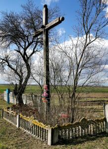 """Крест с фигурой Иисуса Христа установлен в меcте нахождения""""потаповичских камней""""в д.Потаповичи"""