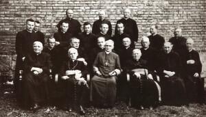 Канферэнцыя епіскапату 26 жніўня 1919 г. у Гнезне. Арцыбіскуп Адам Стэфан Сапега – трэці злева ў першым радзе.