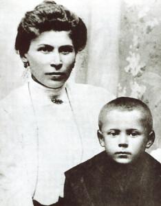 Пяцігадовы Стэфан са сваёй маці Юліянай, 1906 год