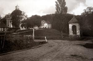 Агульны пейзаж касцёла і кляштара, 30-я гады XX ст. З правага боку – каплічка Мядзелскай Кальварыі,  разбураная ў 1955 годзе