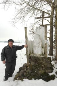 Вацлаў Гродаль каля фігуры Хрыста Засмучанага, пастаўленай Юлітэ на скрыжаванні каля в. Пелігрында.